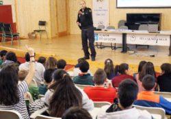 """""""Las mujeres son más débiles"""", policía sobre violencia machista en charla escolar"""