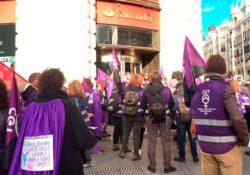 """""""Ana Botín no es feminista"""": piquete de mujeres 8M frente al Banco Santander"""