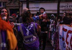 A la huelga: gran columna de la agrupación Pan y Rosas en París